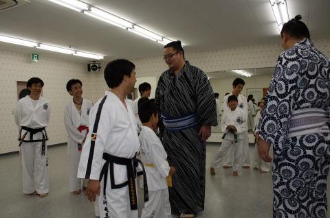 大相撲力士 芳東関、東龍関がテコンドー鴻巣道場訪問