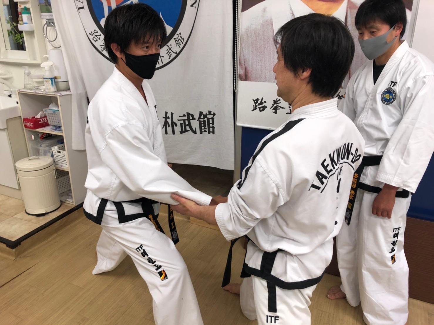 指導を受ける韓英成1段